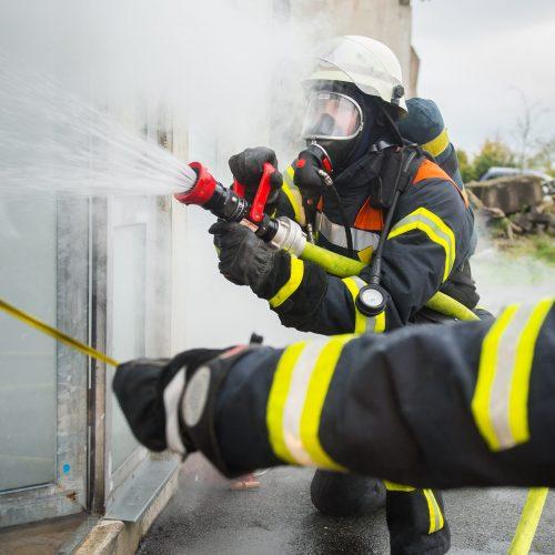 Feuerwehrmnner an einem brennenden Gebude